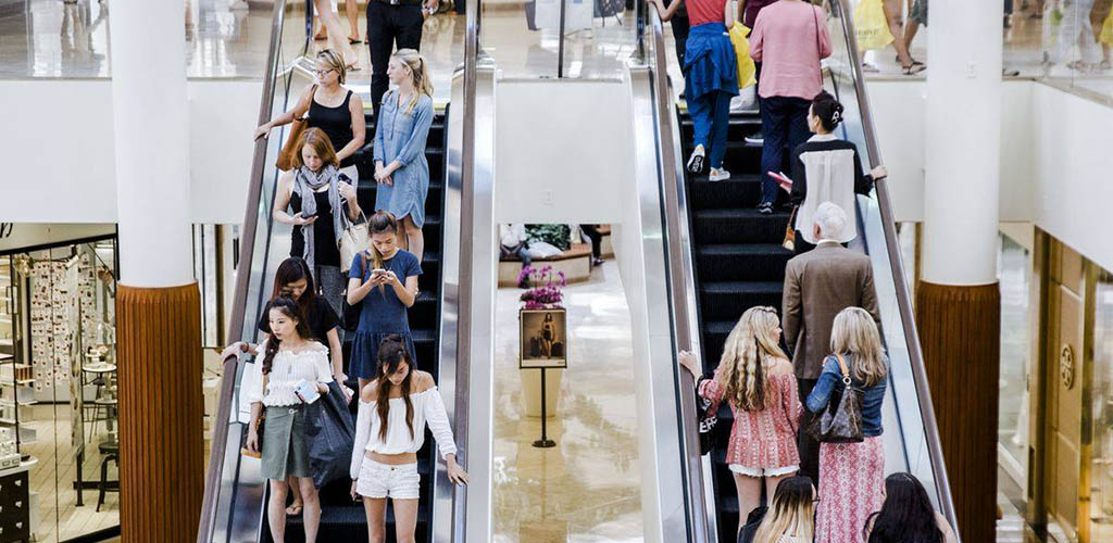 People on the escalators at Valley Mall Plaza Outlet