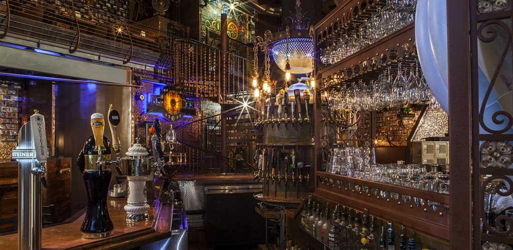 The main bar at Kickbacks Gastropub-Goozlepipe & Guttyworks