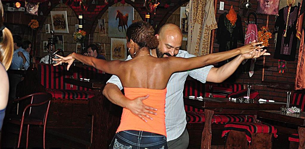 A couple dancing sensually at Kan Zaman