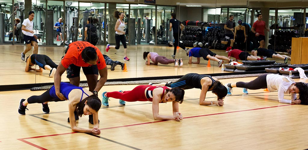 Women planking at Midtown Le Sporting Club Sanctuaire