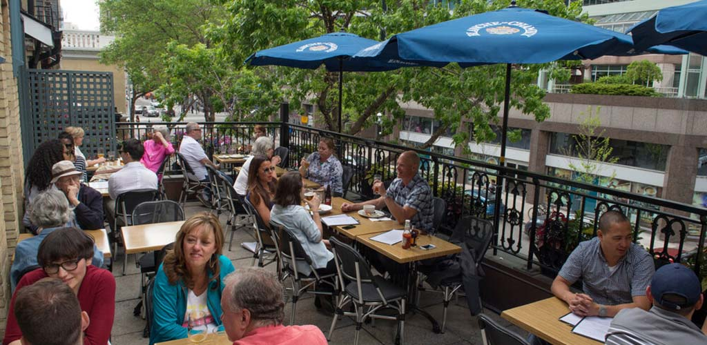 The patio of Queen and Beaver Pub on a busy day