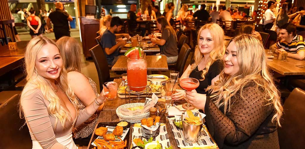 Gold Coast MILFs catching up over dinner at House of Brews Surfers Paradise