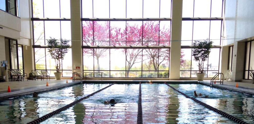 A woman doing laps at the pool in the University Healthy Club