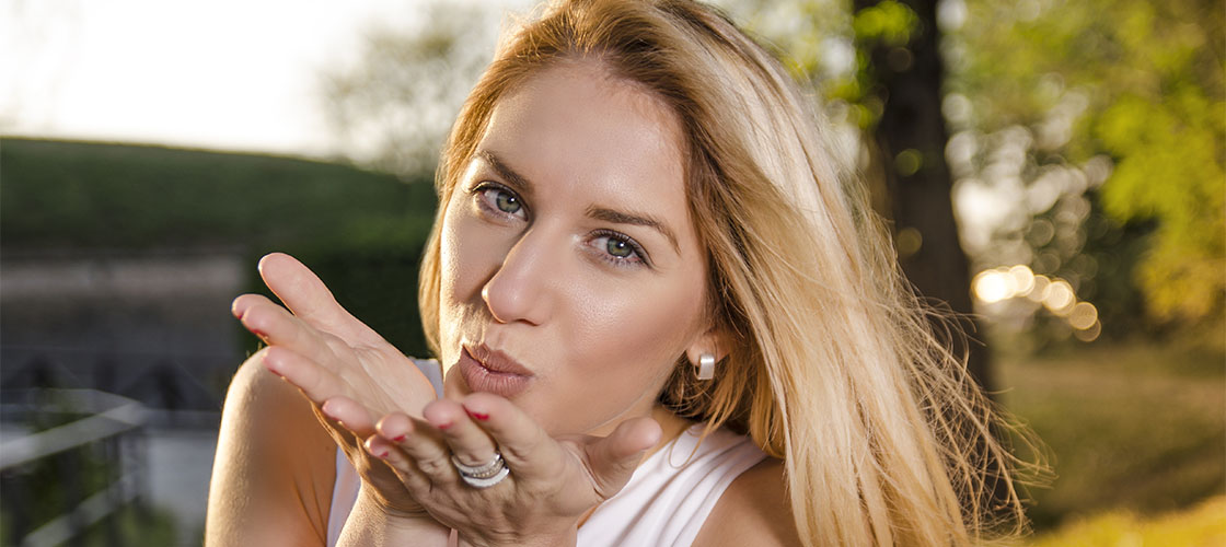 Getting a kiss from a Dutch MILF