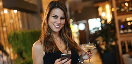 We give you the best tips on how to talk to women online so you get a date.