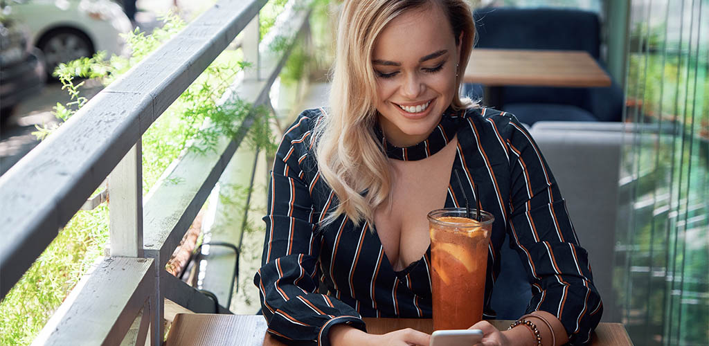 Lady in Eugene Oregon using a dating app