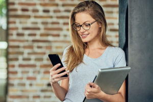 Blonde woman in grey shirt using a Rochester dating app