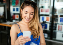 Memphis Tennessee woman with a dating app in her hand