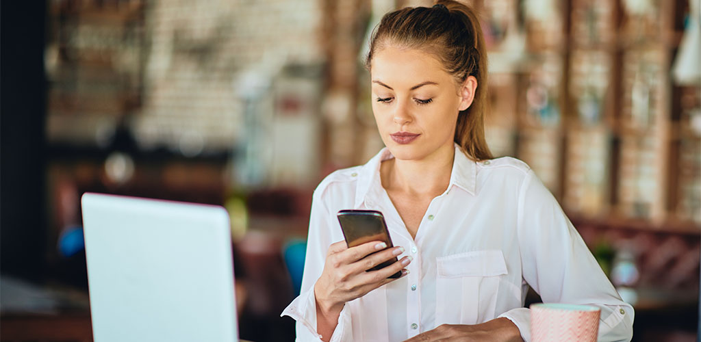 Single Mesa Arizona woman looking at hookup apps online
