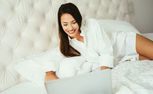 New Orleans woman scrolling though hookup apps