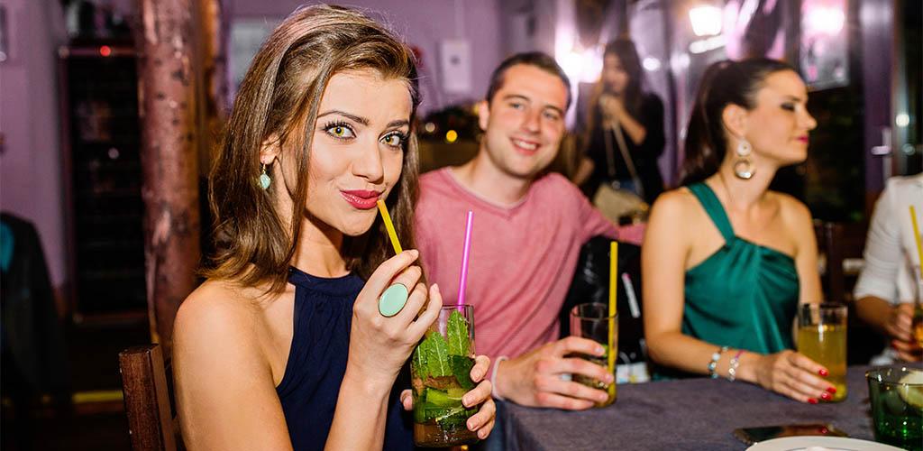 Detroit Michigan woman looking for a guy at a hookup bar