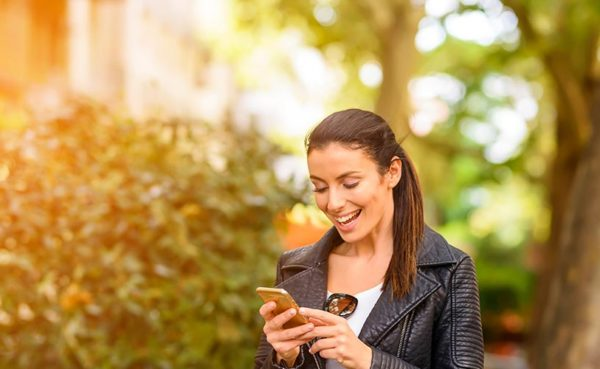 Brown-haired woman using the best dating apps in Anaheim