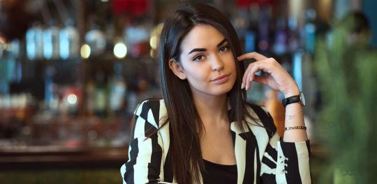 Beautiful young woman at a bar looking for Edmonton Alberta hookups