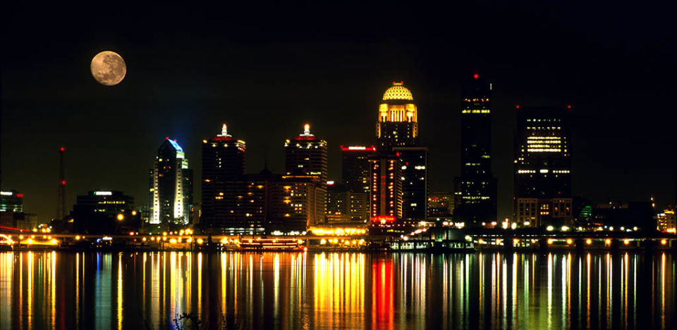 Nighttime in the city is the best time to meet BBW in Louisville Kentucky