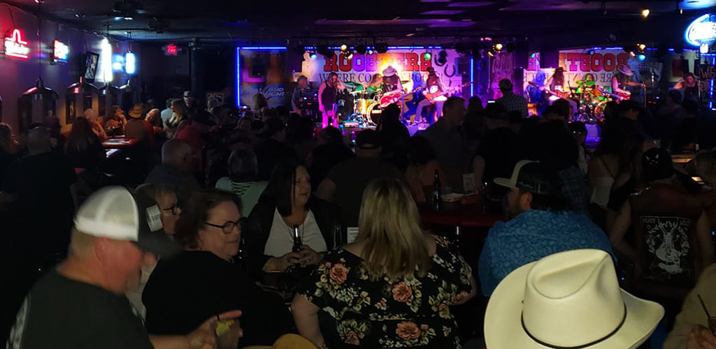 BBW in Mesa enjoying a live show at Roosters Country