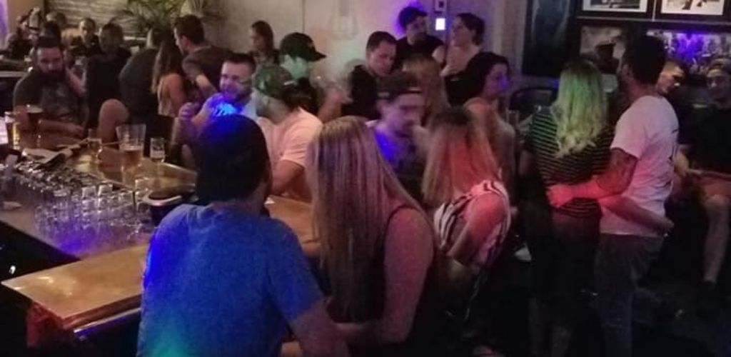 Longueuil singles hooking up and drinking at Marie B
