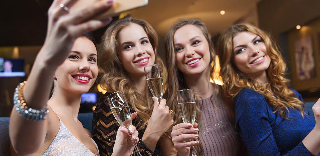 Beautiful women looking for Sunshine Coast Australia hookups at a bar
