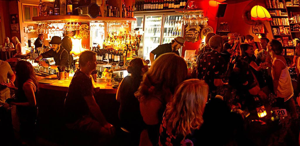 Sunshine Coast singles hooking up and drinking at the Piano Bar