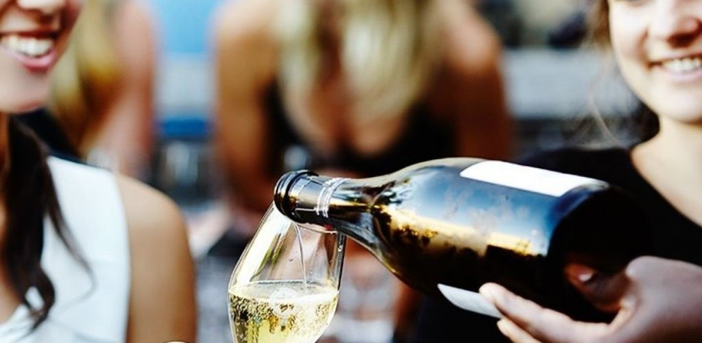 2 Cute Melbourne singles drinking champagne from a bottle at Siglo bar