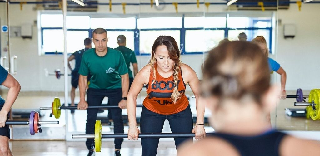 Croydon singles lifting weights at Colets Fitness Club