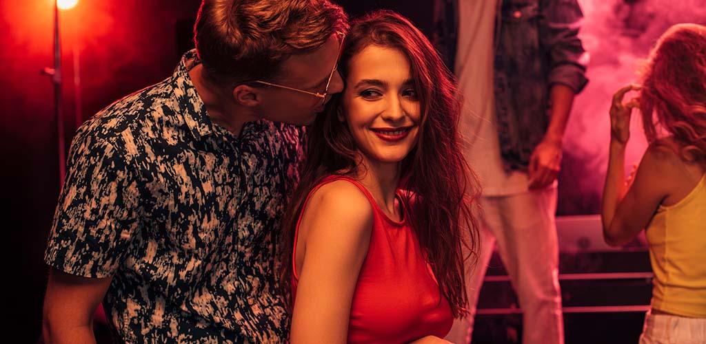 Man and woman looking for San Francisco casual encounters at a bar