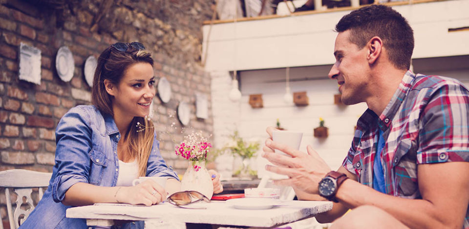 A man entertaining his date with fun first date conversation topics