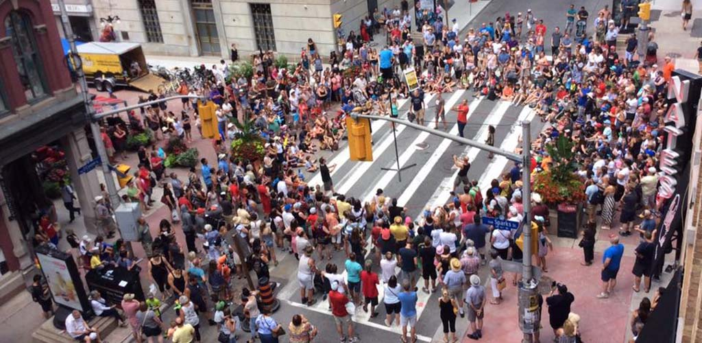 A sizable crowd at the Ottawa Buskerfest